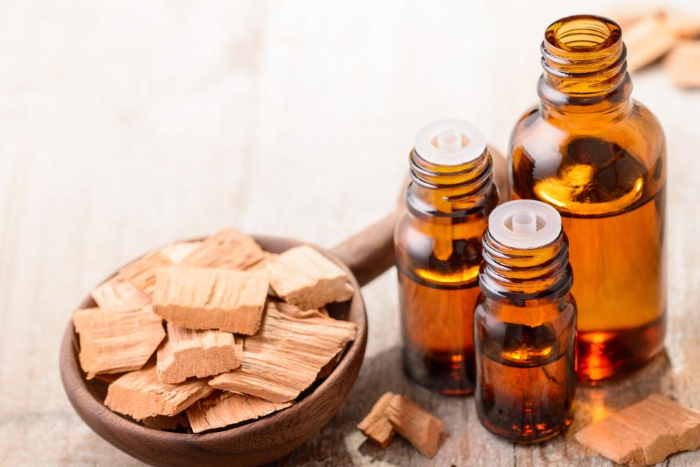 công dụng tinh dầu đàn hương vớ sức khỏe và làm đẹp