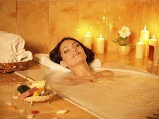 Ngâm mình trong bồn tắm cùng vài giọt tinh dầu Đàn Hương quả là tuyệt vời